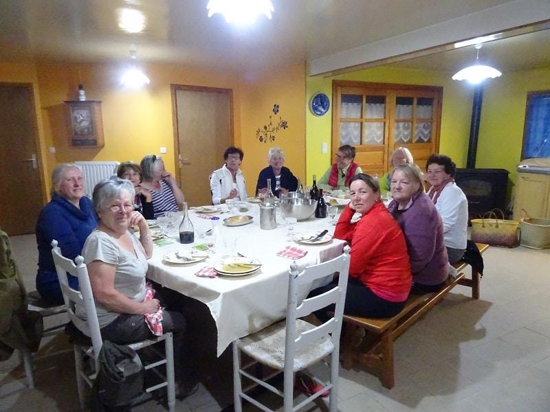 pèlerin de saint jacques de Compostelle soirée entre dame à Lajo