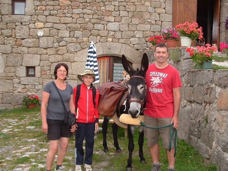 en famille sur les chemin de st jacquet de Compostelle au gîte les bouleaux nains avec un âne