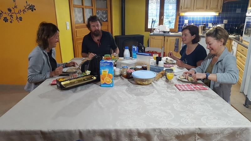 gite les bouleaux nains lajo petit déjeuner entre pèlerin