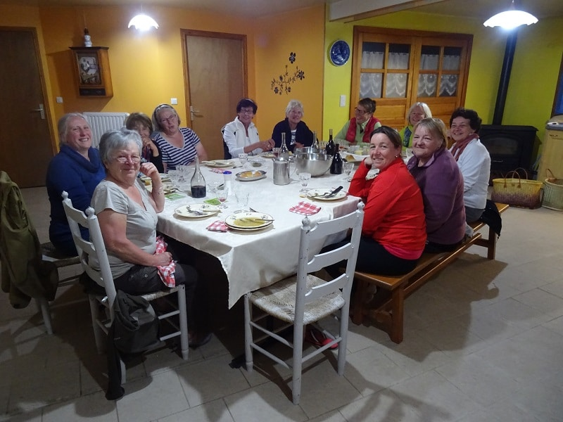 pèlerin de saint jacques de Compostelle soirée entre dame au gîte les bouleaux nains
