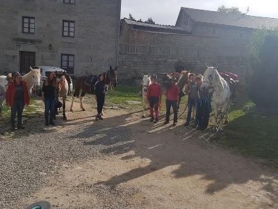 un jolie groupe de cavalières qui rencontre des pèlerins au gite les bouleaux nains a lajo